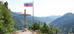 Blagoslov evharističnega križa in slovenske zastave na Snegovniku